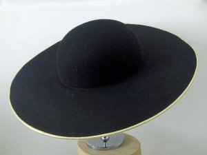 Theatrical hat with a wide brim of 1700