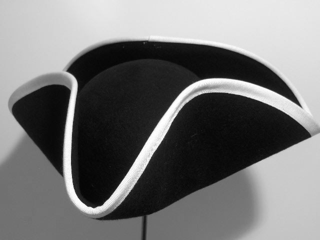 Tricorn hat with hemming white